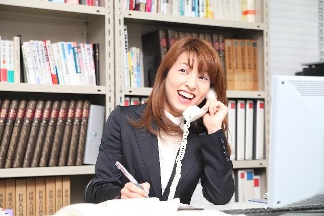 営業電話を笑顔で断る女性